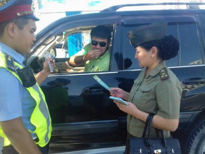 В Актау пожарные продемонстрировали автовладельцам правила пользования огнетушителем