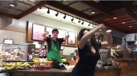 Пассажирка застряла в аэропорту и заставила всех вокруг танцевать