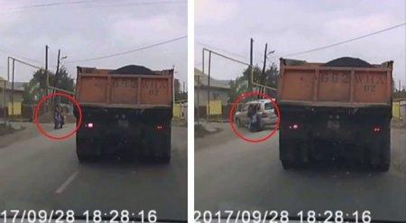 Джип откинуло на женщину с детьми при столкновлении с BMW в Алматы. В Сеть попало видео
