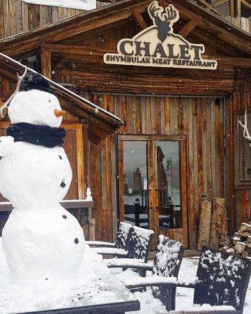 В Алматы выпал снег, на Шымбулаке слепили первого снеговика