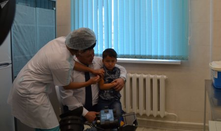 Главный санитарный врач Казахстана опробовал вакцину от гриппа на себе и своём внуке