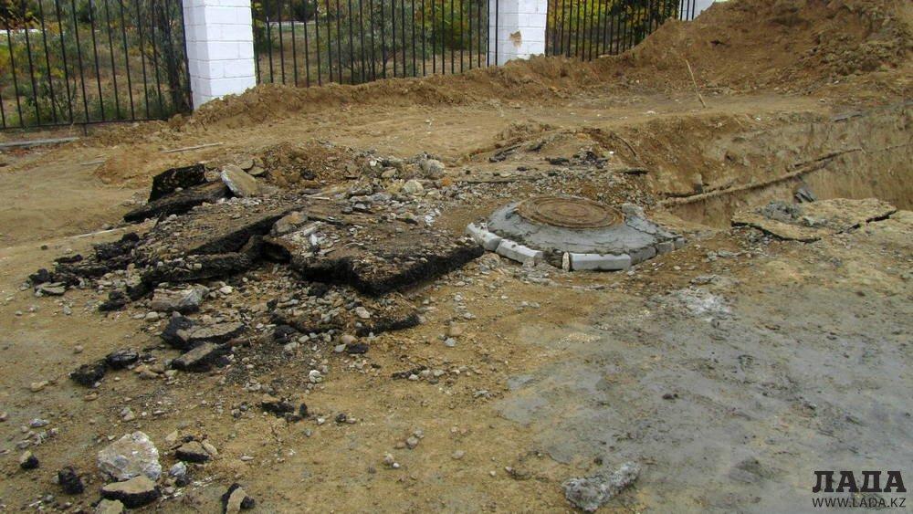 Берик Изгалиев: Асфальт на тротуаре у Ботанического сада демонтировали в связи с ремонтом канализационной трубы
