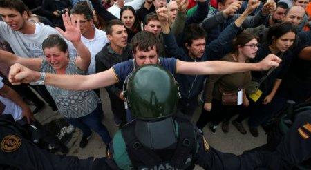 Фото плачущего полицейского из Каталонии набирает популярность в Сети