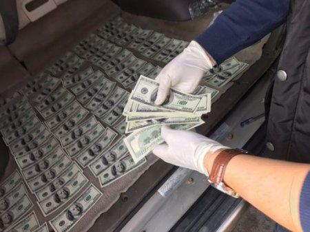 Фальшивомонетчики сбывали доллары по курсу 100 тенге