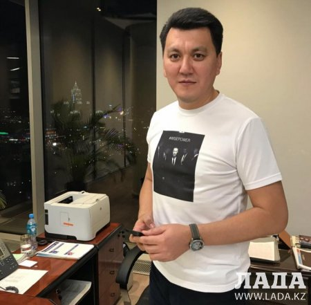 Появились футболки с нашумевшей фотографией Назарбаева