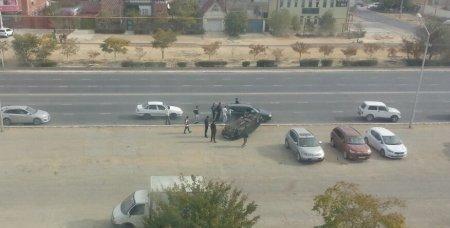 На автодороге в 28 микрорайоне Актау опрокинулся автомобиль ВАЗ-2114