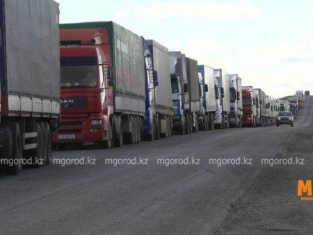 Огромная очередь грузовиков выстроилась на казахстанско-российской границе в ЗКО