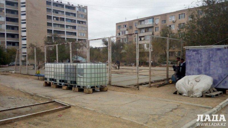 Завершить ремонт футбольного поля у 37 дома в 11 микрорайоне Актау обещают в середине ноября