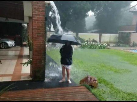 Аргентинка сняла на видео ударившую рядом с ее сыном молнию