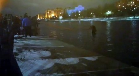 Машина упала в реку: Астанчане застряли посреди воды