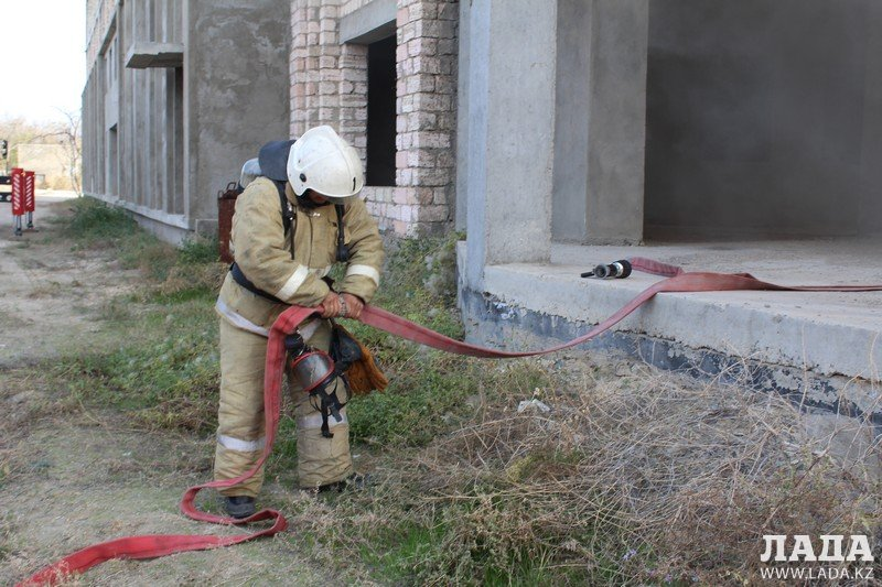 Во время учений «Кыс-2017» пожарные отработали спасение пострадавших из разрушенного здания