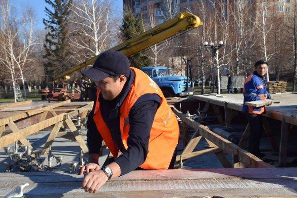 Наказанный заместитель акима чистил фонтан в Усть-Каменогорске