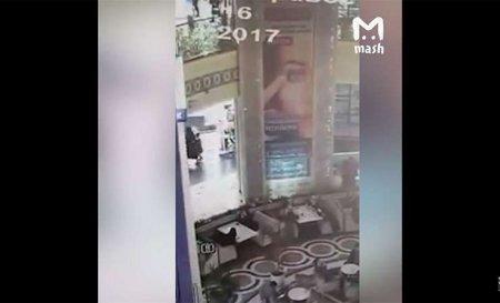 в Грозном 4-летний мальчик упал с высоты третьего этажа, но выжил, приземлившись прямо на диван в кафе