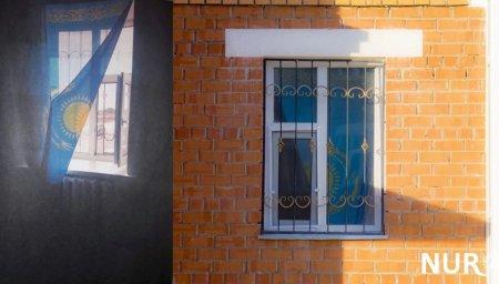 У кызылординца потребовали лицензию на флаг, который он повесил на окно