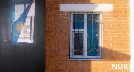 Повесившему флаг на окно кызылординцу придется выплатить штраф