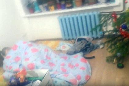 Россиянка вышла из душа и нашла под елкой спящего незнакомца