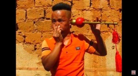 Китаец пьет ухом воду и играет им на дудочке