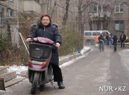 Алматинка в 72 года гоняет на мопеде по улицам