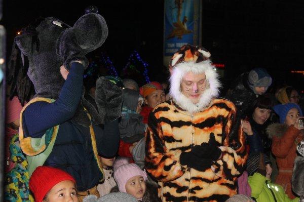 На главной новогодней ёлке Актау зажгли огни