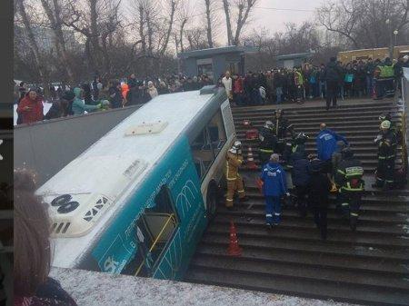 Автобус въехал в подземный переход в Москве, четыре человека погибли