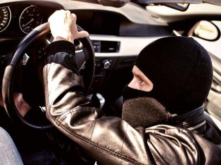 Карагандинец угнал авто вместе с сидевшей там бабушкой