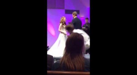 Лицом в пол. Уставший американец упал во время свадебной церемонии