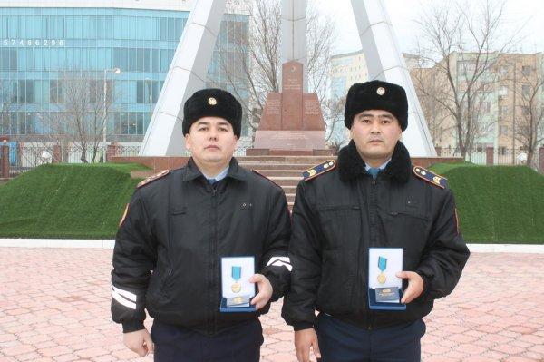 Двух актауских полицейских наградили медалями «Ерлiгі үшін»