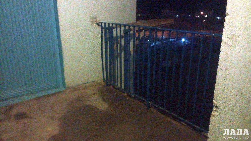 Несовершеннолетняя девочка разбилась насмерть при падении с 7-го этажа в Актау