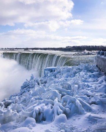 Ниагарский водопад сковало льдом из-за аномального холода