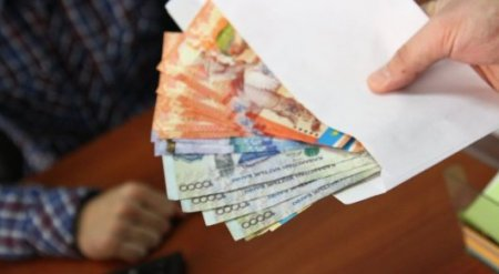 Сколько казахстанцев получают зарплату в конвертах