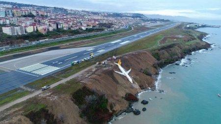 Самолет застрял на обрыве в Турции