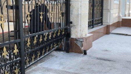 Porsche врезался в ворота Акорды: уволены полицейские