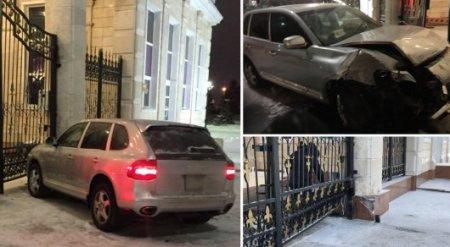 Владельца врезавшегося в забор Акорды Porsche назвали в МВД