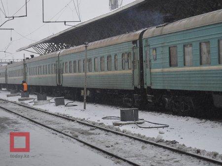 Проводница выгнала из поезда на мороз пассажирку с внучкой в Кокшетау