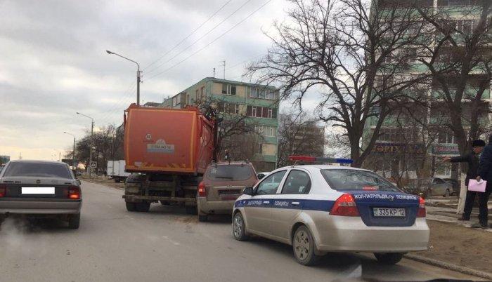В Актау мусоровоз столкнулся с легковым автомобилем