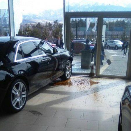Мужчина въехал в витрину автосалона на новом Rolls-Royce в Алматы
