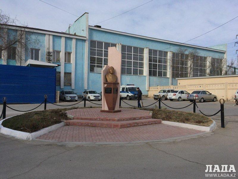 Ветераны полиции Актау выступили против переноса бюста первого начальника ГОВД Нарекеса Канаева