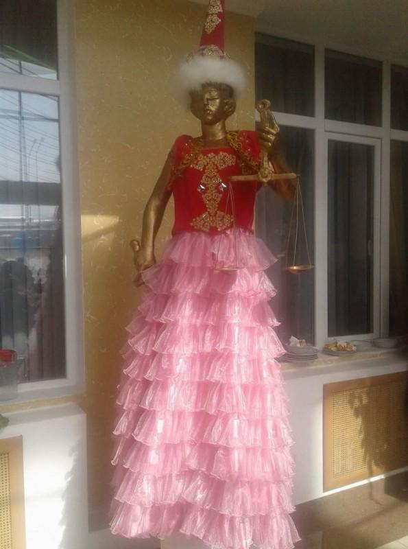 Фемиду одели в национальное платье в здании суда в Шымкенте