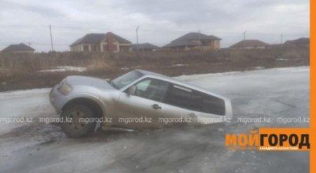 Внедорожник провалился под лед в пригороде Атырау