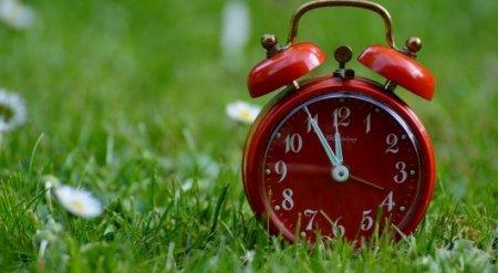 На вопрос об изменении часовых поясов в двух областях ответили в правительстве