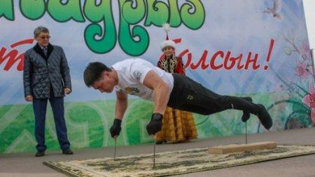 На трёх гвоздях отжался казахстанский армлестлер