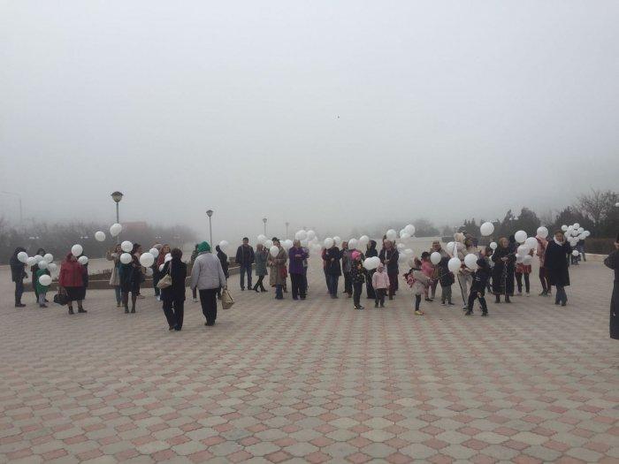 В память о погибших в Кемерово жители Актау запустили белые шары