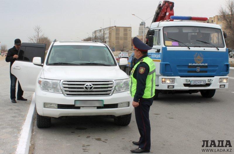 Полицейские Актау припугнули водителей эвакуацией авто за парковку в неположенных местах