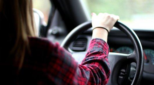 Девушка в машине с четырьмя людьми пыталась совершить самоубийство