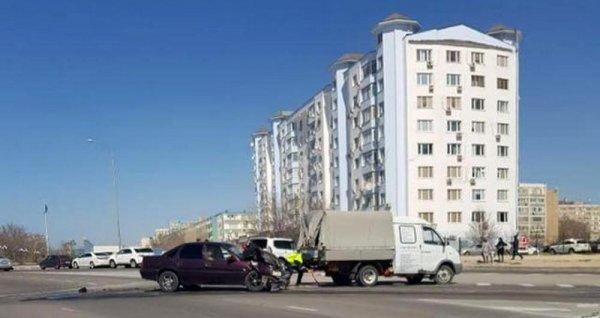 В центре Актау столкнулись внедорожник и Opel Vectra
