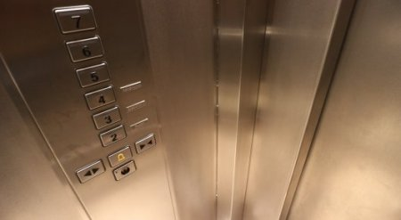 Женщине оторвало ногу в лифте в Актобе, она погибла