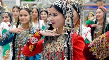 Женщинам в Туркменистане запретили осветлять волосы и наращивать ресницы - СМИ