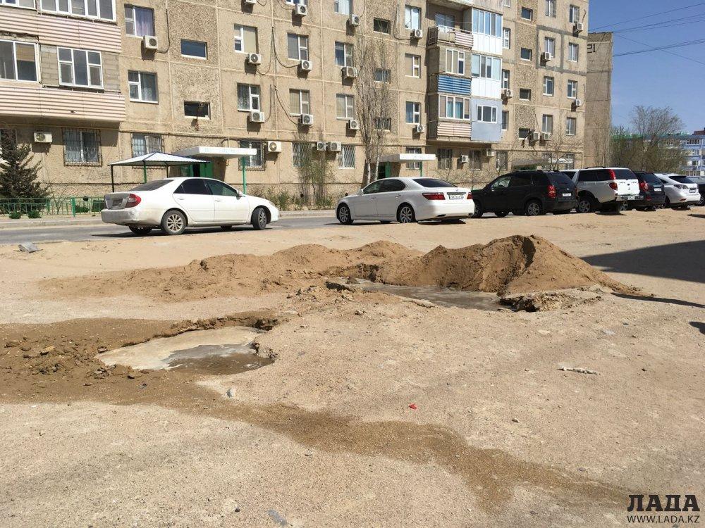 Грузовой автомобиль провалился в яму в 29 микрорайоне Актау