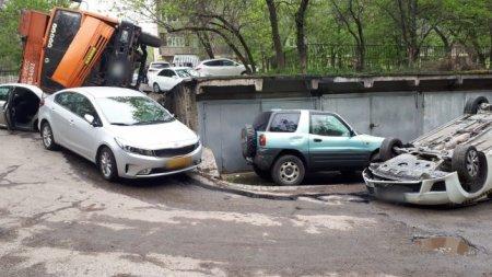Мусоровоз раздавил припаркованные автомобили во дворе в Алматы