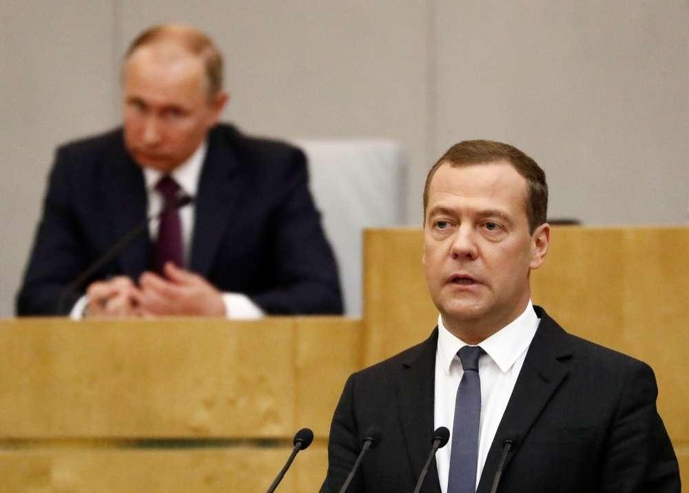 Медведева утвердили на пост премьер-министра РФ, несмотря на несогласие двух фракций
